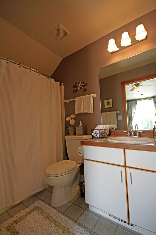 http://www.alpenglowvacationrentals.com/custimages/Lindsay_Garage_Bath.jpg